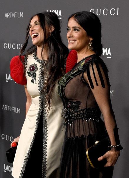 Demi Moore vui vẻ chụp hình chung với nữ diễn viên Salma Hayek