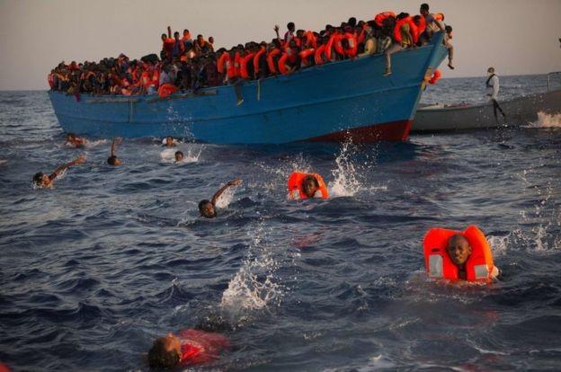 Ít nhất 3.800 người di cư đã thiệt mạng hoặc mất tích ở Địa Trung Hải trong năm 2016 trong hành trình chạy trốn chiến tranh và nghèo đói để tới những miền đất mới. Theo thống kê của Ủy ban người tị nạn Liên Hợp Quốc, đây là con số kỷ lục từ trước đến nay. Trong ảnh: những người di cư, hầu hết từ Eritrea, đã nhảy xuống biển từ một thuyền gỗ quá tải với hy vọng được cứu vớt ở phía bắc Sabratha, Libya. (Ảnh: AP)