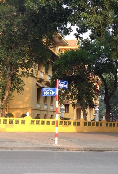 Rất nhiều người sinh ra và lớn lên ở Hà Nội đã không biết đến con đường mang tên Độc Lập trước khi đường được gắn biển