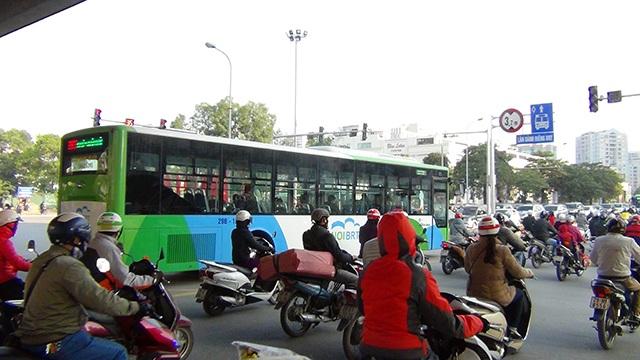 Xe buýt nhanh lăn bánh giờ cao điểm, đường phố ùn tắc nghiêm trọng - 2