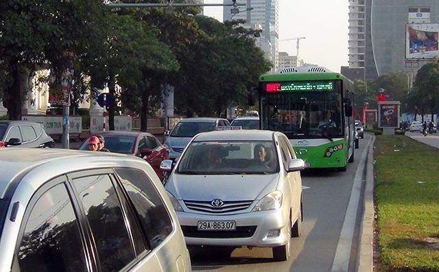 Xe buýt nhanh lăn bánh giờ cao điểm, đường phố ùn tắc nghiêm trọng - 3