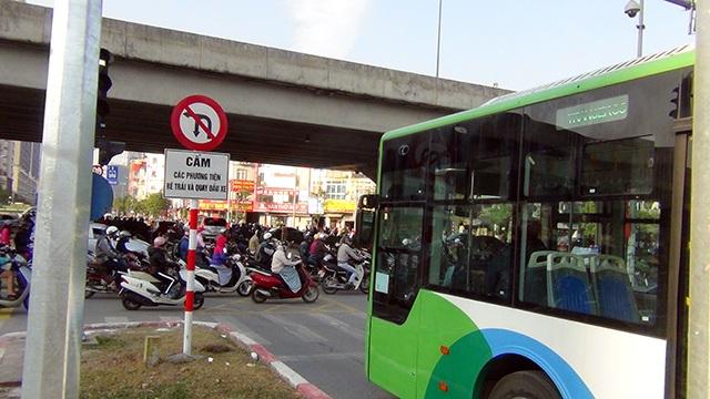 Xe buýt nhanh lăn bánh giờ cao điểm, đường phố ùn tắc nghiêm trọng - 5