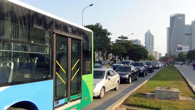 Ô tô nối đuôi nhau phía sau xe buýt nhanh trên đường Lê Văn Lương