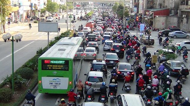 Xe buýt nhanh lăn bánh giờ cao điểm, đường phố ùn tắc nghiêm trọng - 12