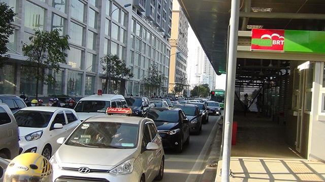 Ô tô lấn làn đường dành riêng cho xe buýt nhanh