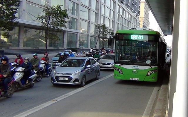 Buýt nhanh đón, trả khách ở nhà chờ trên đường Tố Hữu