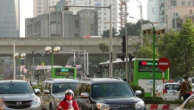 Hai chiếc buýt nhanh nối đuôi nhau trên đường Tố Hữu