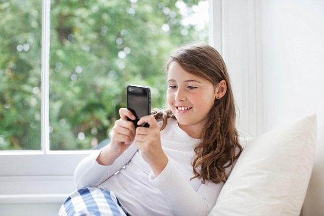 """""""Nghiện"""" điện thoại di động khiến trẻ dễ có nguy cơ bị béo phì. (Ảnh minh họa: Daily Mail)"""