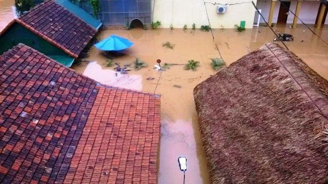 Mưa lũ ngập nóc nhà ở Quảng Bình