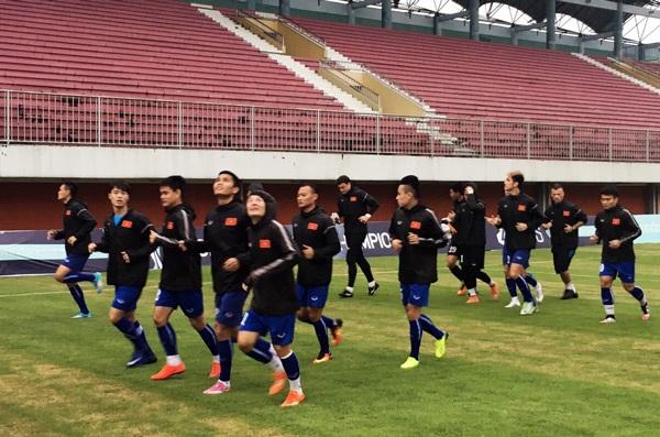 Đội tuyển Việt Nam tập luyện dưới cơn mưa nặng hạt