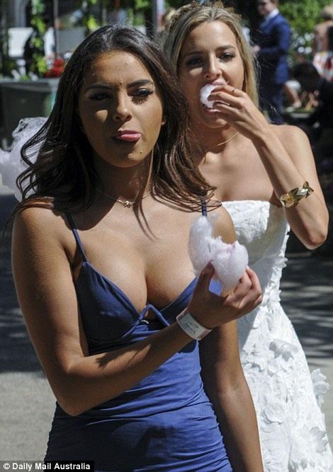 Không chỉ Karly Tsivoglou mà cô bạn Alice Woodfall (váy trắng) tình cờ có mặt trong ảnh cũng nhận được không ít lời tán dương từ cộng đồng mạng.