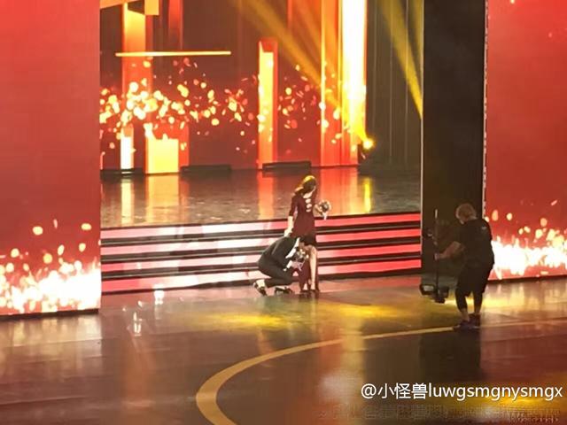 La Tấn dẫn bạn gái lên sân khấu của chương trình và đã có một hành động rất lãng mạn, ngọt ngào với cô là tự tay xỏ giày cho bạn gái.