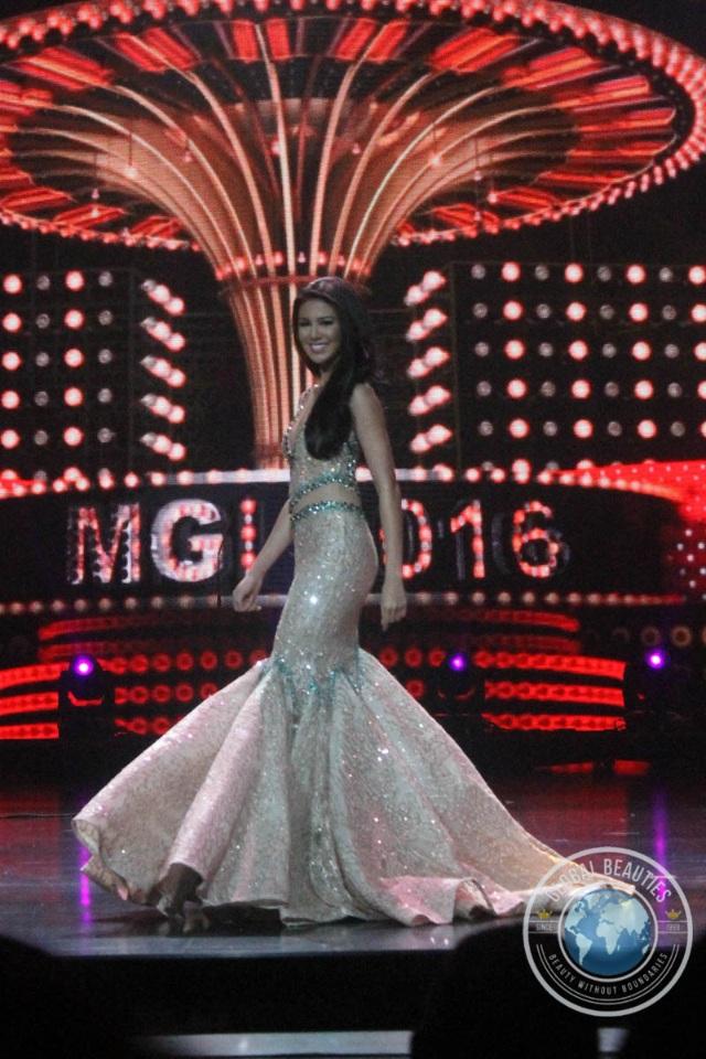 Ariska Putri trình diễn trang phục dạ hội trong đêm sơ khảo.