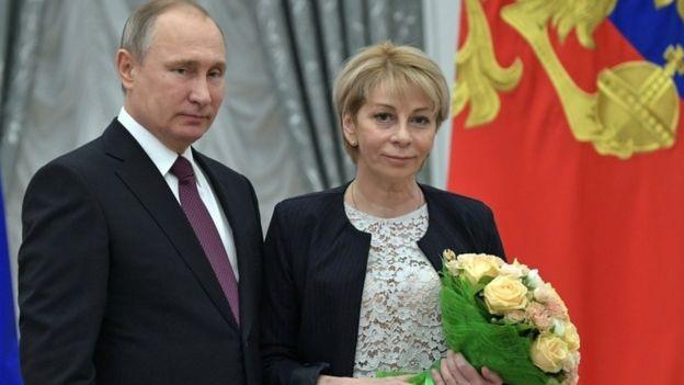 Nhà hoạt động nhân đạo Elizaveta Glinka trong một bức ảnh chụp cùng Tổng thống Putin (Ảnh: AP)
