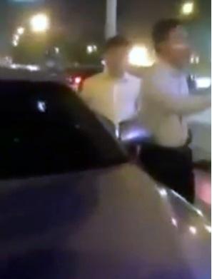 Tài xế xe Camry bị người dân truy đuổi. (Ảnh cắt từ clip)