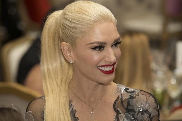 Thật ngạc nhiên khi biết ca sỹ tóc vàng Gwen Stefani đã 47 tuổi. Người đẹp ba con luôn ăn vận, trang điểm rất trẻ trung mỗi khi ra phố. Cô là biểu tượng thời trang tại Hollywood