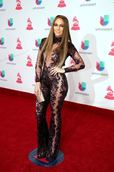 Jennifer Lopez - 47 tuổi - luôn là biểu tượng gợi cảm của Hollywood và ngay cả khi cô đi cùng bạn trai kém 20 tuổi, trông 2 người vẫn xứng đôi!