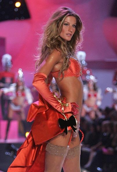 Khi ở đỉnh cao sự nghiệp, Gisele là thiên thần đắt giá nhất của Victorias Secret - 1 trong những người đẹp hot nhất thế kỷ 21 do tạp chí GQ bình chọn