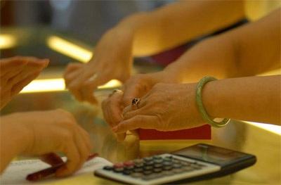 Giá vàng biến động bất thường, nhà đầu tư thận trọng