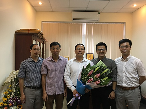 GS Nguyễn Đình Đức nhận bó hoa tươi thắm từ đồng nghiệp, học trò nhân ngày 20-11