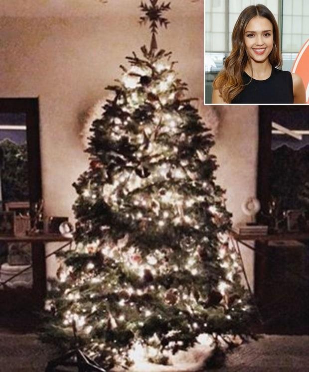 Jessica Alba cũng khoe ảnh cây thông giáng sinh cô chuẩn bị trong phòng khách
