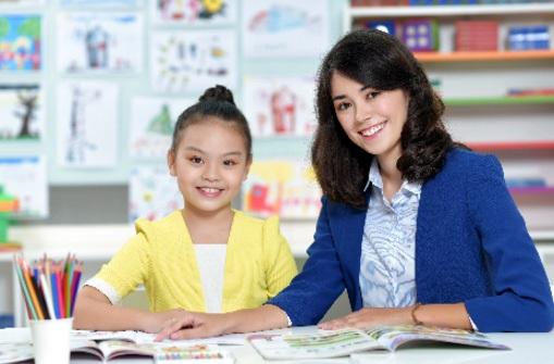 Giáo viên bản ngữ khuyến khích trẻ chủ động với bài học tiếng Anh trên lớp