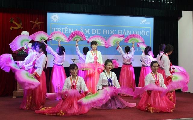 Tiết mục múa quạt trong trang phục hanbok đưa người xem đến gần hơn với xứ sở kim chi.
