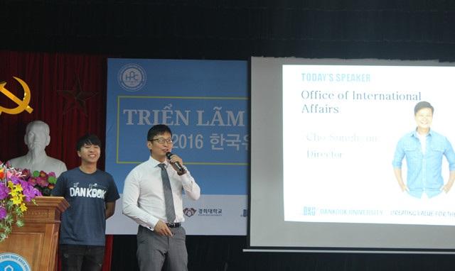 Bạn Nguyễn Minh (trái), du học sinh Việt tại ĐH Dankook cho biết, các giáo sư người Hàn đặc biệt rất quan tâm đến việc học tập của sinh viên.