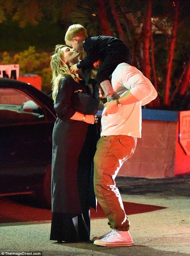 Hilary Duff hôn con trai cưng Luca khi đưa con đi chơi cùng bạn trai mới Jason Walsh tại Los Angeles ngày 31/10 vừa qua