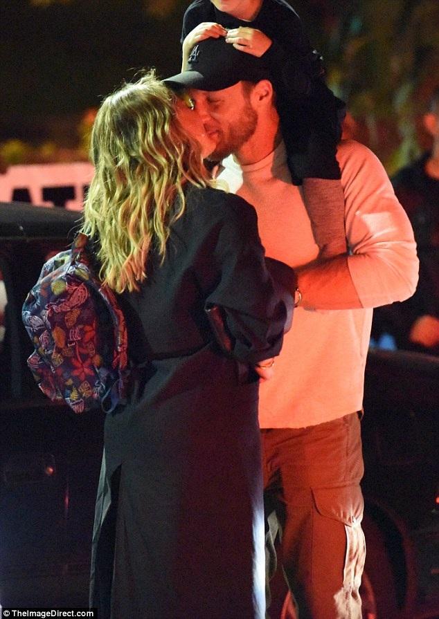 Nữ diễn viên 29 tuổi không quên dành cho tình mới 1 nụ hôn ngọt ngào
