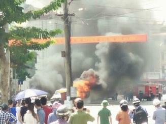 Chiếc xe taxi phát ra 2 tiếng nổ. Tiếng nổ lớn phát ra chừng 2 phút thì phát ra tiếng nổ nhỏ.