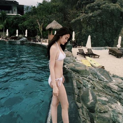 """Chichi rất ít khi khoe đồ bikini, nhưng mỗi lần khoe thì khiến cộng đồng Instagram của Lào như """"phát sốt""""."""