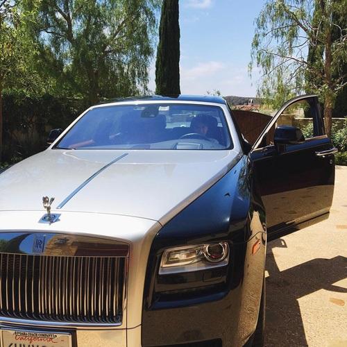 Chiếc Roll-Royce Phantom là phương tiện đi lại của Cindy trong thời gian du học tại Mỹ