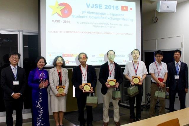 Trong phiên khai mạc, Tổng lãnh sự quán Việt Nam tại Fukuoka – Bà Nguyễn Phương Hồng, đã trao quà lưu niệm mang hình ảnh Khuê Văn Các tới các nhà khoa học tham dự hội nghị.