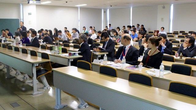 Các nhà nghiên cứu tham dự hội nghị đặt câu hỏi cho các giáo sư trình bày trong phiên toàn thể, sáng ngày 17/9/2016.