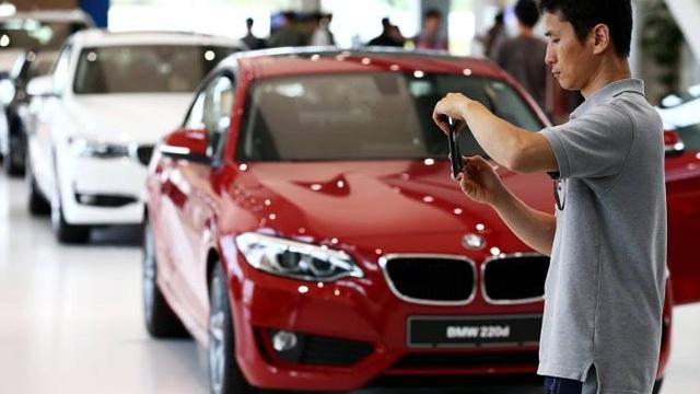 Bộ Môi trường Hàn Quốc hôm 29/11 cho biết, sẽ có hơn 4.000 xe BMW, Nissan và Porsche bị cấm bán ở nước này do sử dụng hồ sơ hoặc số liệu kiểm tra khí thải nguỵ tạo. Ngoài ra, các công ty này còn đối mặt với khoản phạt khoảng 6,5 tỷ won, tương đương 5,6 triệu USD.