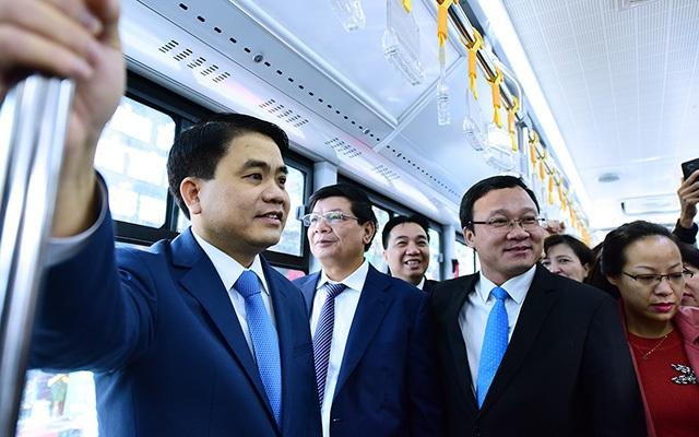 Chủ tịch UBND TP Hà Nội cùng lãnh đạo ngành giao thông trải nghiệm xe buýt nhanh