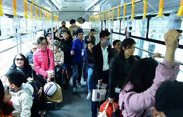 Đông đảo hành khách sử dụng buýt nhanh miễn phí trong ngày đầu khai trương