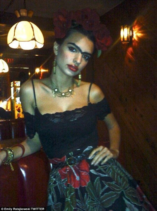 Người mẫu Emily Ratajkowski hóa thành họa sỹ Mexico Frida Kahlo