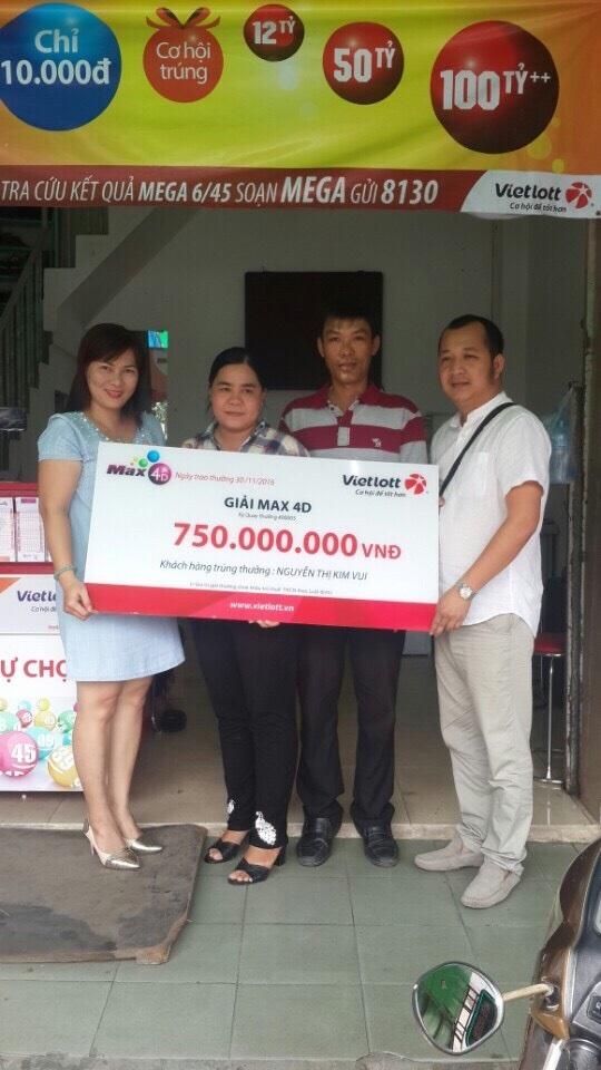 Ông Nguyễn Quốc Trạng- Giám đốc Công ty TNHH MTV Phúc Hoàng Long trao giải cho chị Nguyễn Thị Kim Vui
