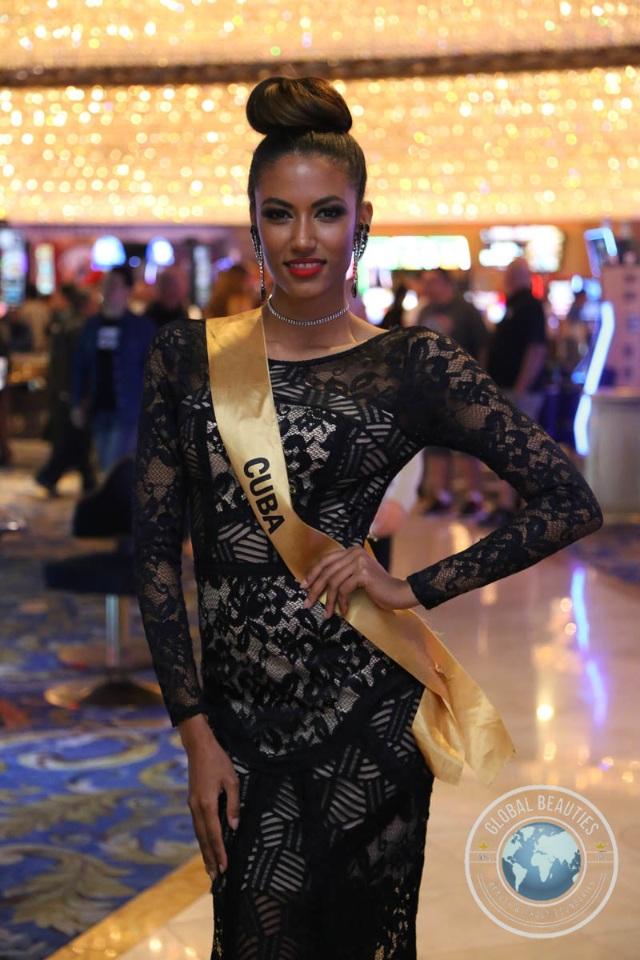 Nguyễn Thị Loan khoe vai trần gợi cảm cùng thí sinh Hoa hậu hòa bình thế giới - 18