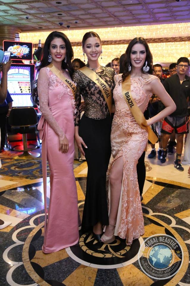 Hoa hậu Bồ Đào Nha (giữa) cùng Hoa hậu Malaysia và Hoa hậu Brazil