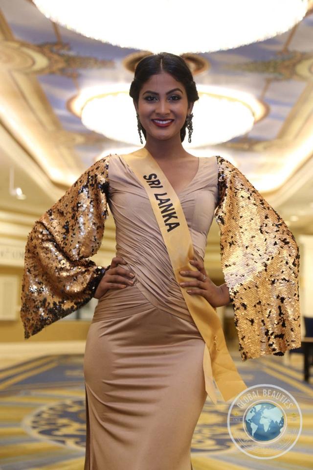 Nguyễn Thị Loan khoe vai trần gợi cảm cùng thí sinh Hoa hậu hòa bình thế giới - 28