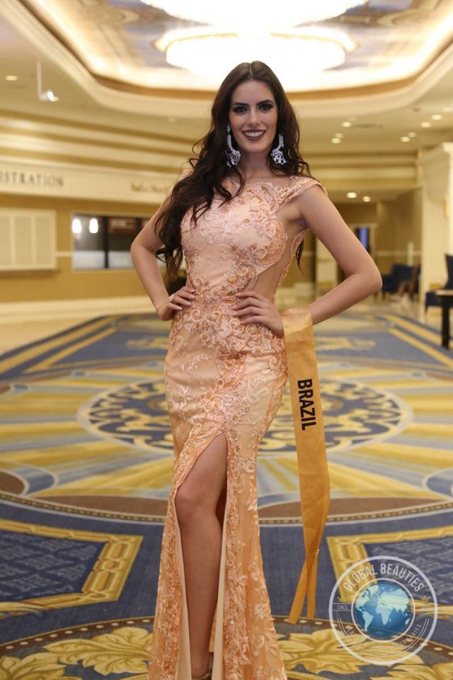 Nguyễn Thị Loan khoe vai trần gợi cảm cùng thí sinh Hoa hậu hòa bình thế giới - 3