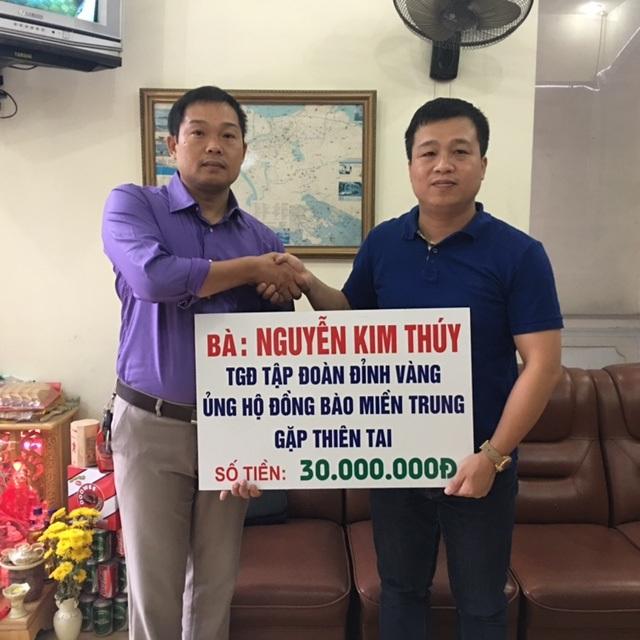 Đại diện Tập đoàn Đỉnh Vàng ủng hộ đồng bào miền Trung 30 triệu đồng