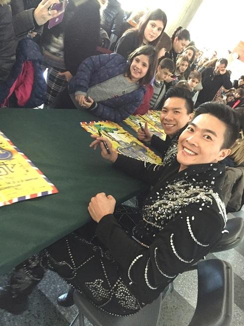 Mặc dù ở các show diễn, tiết mục của cặp đôi hoàng tử xiếc Việt là tiết mục cuối cùng nhưng khán giả vẫn ở lại để xin chữ ký và chụp hình lưu niệm cùng hai anh em.