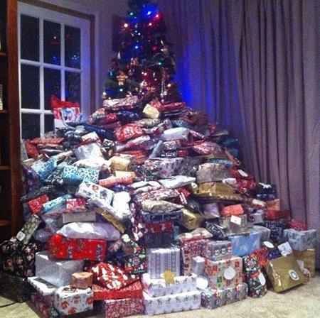 Cây thông Giáng Sinh và số lượng quà khổng lồ trong phòng khách nhà Emma
