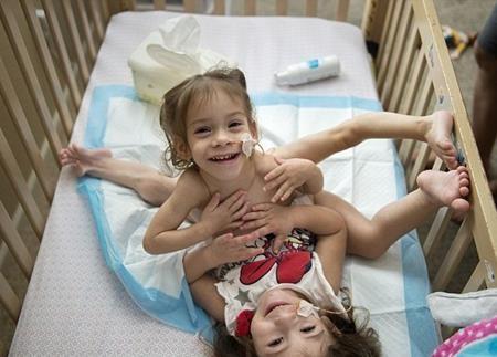 Hai chị em từng nhập viện vô số lần do bị nhiễm trùng đường tiết niệu và mất nước