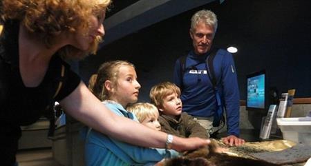 Hai vợ chồng dạy các con về hiện tượng biến đổi khí hậu