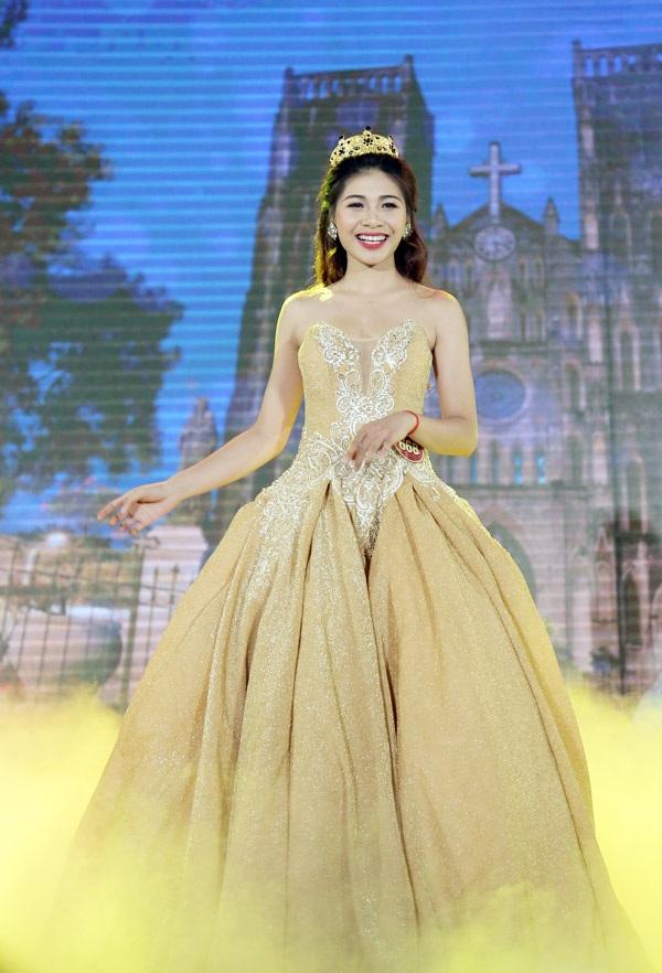 Tân hoa khôi Hồ Ái Thơ lộng lẫy trình diễn trang phục dạ hội